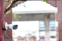 Ochrony CCTV kamery system obserwacji plenerowy dom Zamazany nocy miasta głąbika tło Nowożytna CCTV kamera na ścianie zdjęcia royalty free