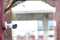 Ochrony CCTV kamery system obserwacji plenerowy dom Zamazany nocy miasta głąbika tło Nowożytna CCTV kamera na ścianie zdjęcia stock