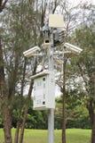 Ochrony inwigilaci kamer pobliski zielony las Zdjęcie Royalty Free
