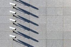 Ochrony inwigilacji wideo kamery przy marmur ściany tłem z rzędu fotografia stock
