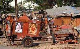 Ochsenkarren verziert mit hindischen den um die Gemeinschaften genommen zu werden Göttern und Idolen, die Almosen suchen Lizenzfreie Stockfotografie