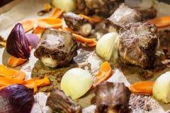Ochsenschwanzsuppe mit Zwiebeln und Karotten stockbild