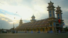 Ochtend bij caodai Mekka in Vietnam stock video