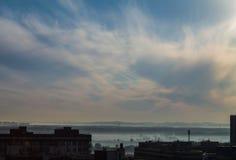 Ochtend in blauwe hemel met wolken in sity Royalty-vrije Stock Afbeeldingen