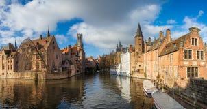 Ochtend Brugge, België Panoramisch Beeld in Realistische Kleur met Rozenhoedkaai in Brugge, Dijver-rivierkanaal met Belfort/Klokk Royalty-vrije Stock Foto's