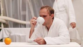 Ochtend Coffe in comfortabel kuuroordcentrum na badkamers stock video
