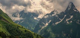 Ochtend in de bergen van de Kaukasus Royalty-vrije Stock Afbeelding