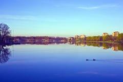 Ochtend in de stad, waterlandschap Stock Foto's