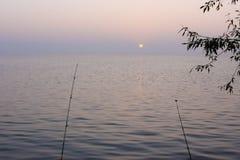Ochtend die op het meer vist stock foto's