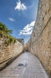 Ochtend in een smalle straat van Hebreeuws woonkwart royalty-vrije stock afbeeldingen