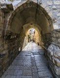 Ochtend in een smalle straat van Hebreeuws woonkwart royalty-vrije stock foto