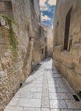 Ochtend in een smalle straat van Hebreeuws woonkwart royalty-vrije stock afbeelding