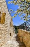 Ochtend in een smalle straat van Hebreeuws woonkwart stock fotografie