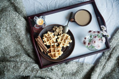 Ochtend heerlijke koffie in bed stock afbeelding