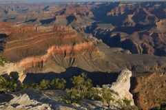 Ochtend licht kruipen in de spleten van Grand Canyon stock afbeelding