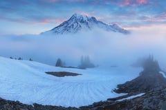 Ochtend lichte hoogte boven de wolkenlaag op Regenachtiger Onderstel Mooi Paradise-gebied, de staat van Washington, de V.S. royalty-vrije stock afbeelding