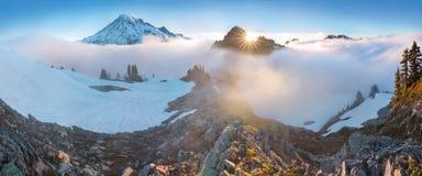 Ochtend lichte hoogte boven de wolkenlaag op Regenachtiger Onderstel Mooi Paradise-gebied, de staat van Washington, de V.S. stock foto