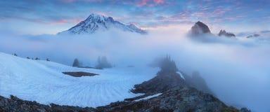 Ochtend lichte hoogte boven de wolkenlaag op Regenachtiger Onderstel Mooi Paradise-gebied, de staat van Washington, de V.S. royalty-vrije stock afbeeldingen