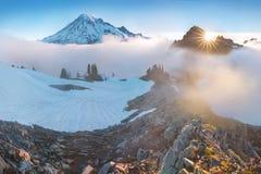 Ochtend lichte hoogte boven de wolkenlaag op Regenachtiger Onderstel Mooi Paradise-gebied, de staat van Washington, de V.S. stock afbeeldingen