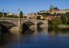 Ochtend, mening over het Kasteel van Praag, oude stad en brug praag Tsjechische Republiek, Europese reis Stock Fotografie