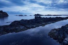Ochtend met dramatische hemel en donkere wolken dichtbij de rotsachtige kust van Varvara, Bulgarije Royalty-vrije Stock Foto