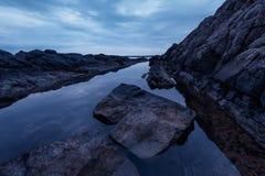Ochtend met dramatische hemel en donkere wolken dichtbij de rotsachtige kust van Varvara, Bulgarije Royalty-vrije Stock Afbeeldingen
