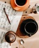 Ochtend met twee kups van koffie, melk en nota's stock afbeeldingen