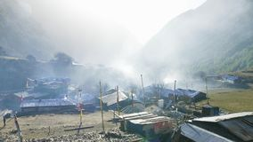 Ochtend in Nepalees dorp Lho Trek van de Manaslukring stock footage