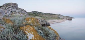 Ochtend op de kust van de Krim Royalty-vrije Stock Afbeeldingen