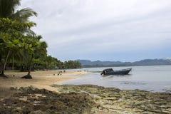 Ochtend op Strand met Oceaanbomen en Boot Royalty-vrije Stock Fotografie