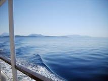 Ochtend over Ionische die overzees en eilanden van boot wordt gezien stock fotografie