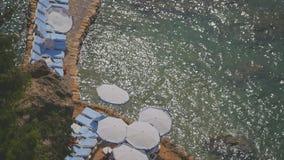 Ochtend overzees strand met lege blauwe sunbeds stock videobeelden