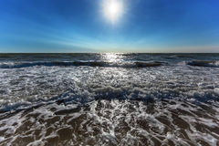 Ochtend overzeese golven en de zonsopgang, Stock Afbeelding