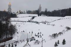Ochtend in stad Mening aan het Nationale Museum` Gedenkteken aan Holodomor-slachtoffers ` en Grote Lavra Bell Tower Het landschap stock foto's