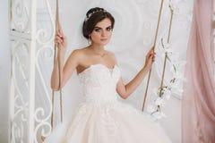 6246d2a7a1cdc6 Ochtend van de Bruid Portret van mooie vrouw in de witte kleding van het  luxehuwelijk met