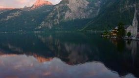Ochtend van Hallstatt wordt geschoten - schoonheid van Alpen die stock video