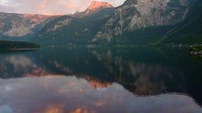 Ochtend van Hallstatt wordt geschoten - schoonheid van Alpen die stock videobeelden