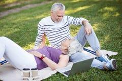 Ochtend van twee gepensioneerden in liefde met elkaar royalty-vrije stock afbeelding