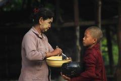 Ochtendactiviteiten van de monniken in Birma stock foto's