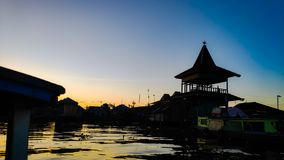 Ochtendatmosfeer in de het drijven markt van de Barito-rivier, Banjarmasin/Zuiden Kalimantan Indonesi? stock foto's