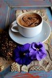 Ochtendcappuccino met harten, met koekjes en bloemen Stock Afbeelding