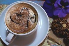 Ochtendcappuccino met harten, met koekjes en bloemen Royalty-vrije Stock Foto