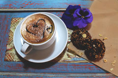 Ochtendcappuccino met harten, met koekjes en bloemen Stock Afbeeldingen