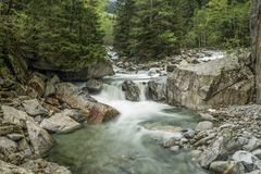Ochtendfoto van de rivier dichtbij Ginzling, Oostenrijk royalty-vrije stock fotografie