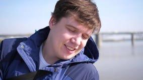 Ochtendgangen in de verse lucht in het Park De jonge kerel leidt een gezonde levensstijl stock video