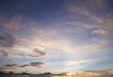 Ochtendhemel met wolken en de achtergrond van de zonstraal Royalty-vrije Stock Foto