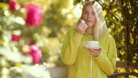 Ochtendkoffie en aardige dag De vrouw van de herfst Mooie vrouw die in het bos op een dalingsdag loopt De koffie geeft u energie  stock footage