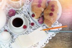 Ochtendkoffie met croissants stock afbeelding