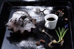 Ochtendkoffie met de donkere cake van de chocolademodder op rustiek dienblad Royalty-vrije Stock Afbeeldingen