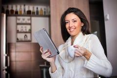 Ochtendkoffie met tabletcomputer royalty-vrije stock foto